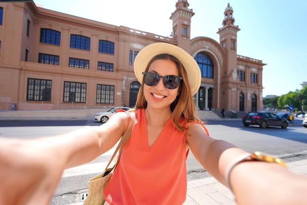 Besuch in bari. selbstporträt der lächelnden jungen reisendenfrau, die bari, apulien, italien besucht.
