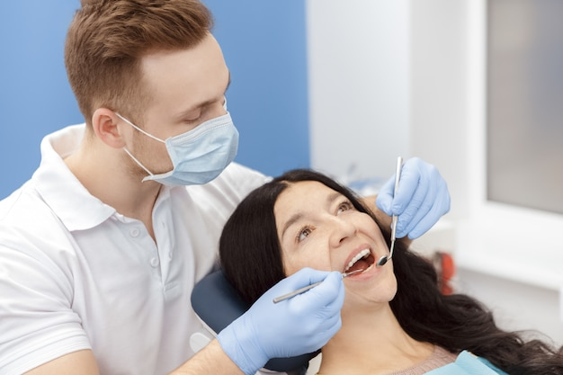 Besuchszahnarzt der älteren frau an der zahnmedizinischen klinik