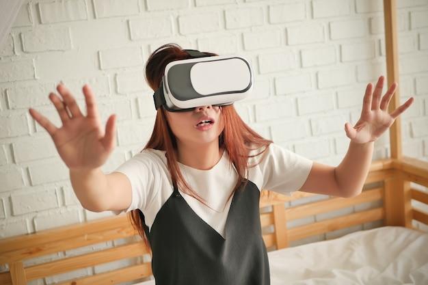 Betäubte ängstliche frau, die horror- oder suspense-vr-headset spielt