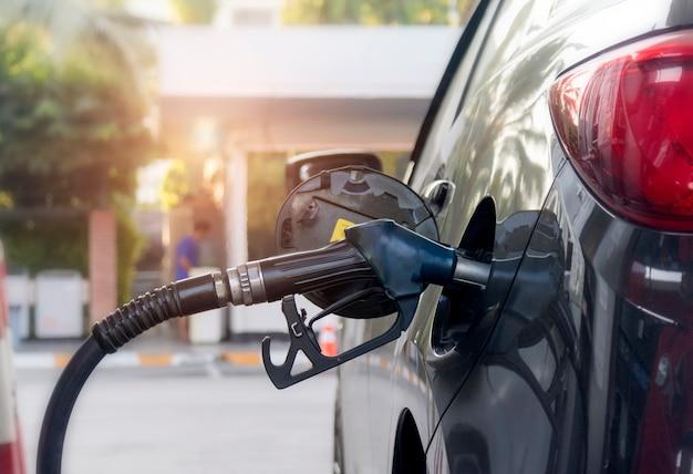 Betanken eines fahrzeugs an einer tankstelle mit erdöl