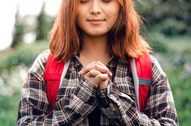 Bete für den segen des herrn für ein besseres leben. und glaube an die große christliche krise, bete zu gott