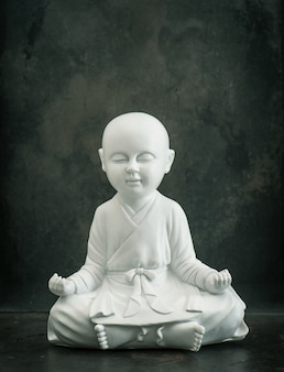 Beten buddhas. weißer mönch. meditation und entspannendes konzept. getöntes bild im vintage-stil