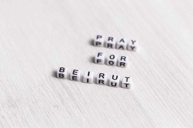 Beten sie für das beirut-zeichen. demonstration der unterstützung als reaktion auf die libanon-explosion 2020. botschaft der solidarität und unterstützung. worte beten für beirut auf weißem hintergrund.