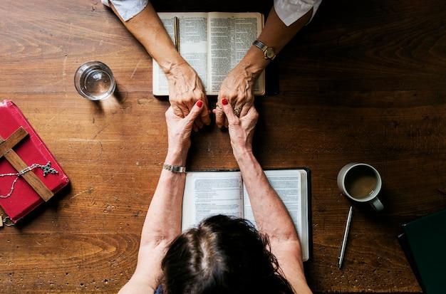 Betende bibel der christentumsleute