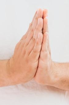 Betende hände mit glauben an religion und glauben an gott auf dunklem hintergrund. kraft der hoffnung oder liebe und hingabe. gebetsposition