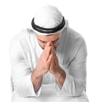 Betender arabischer mann auf weiß