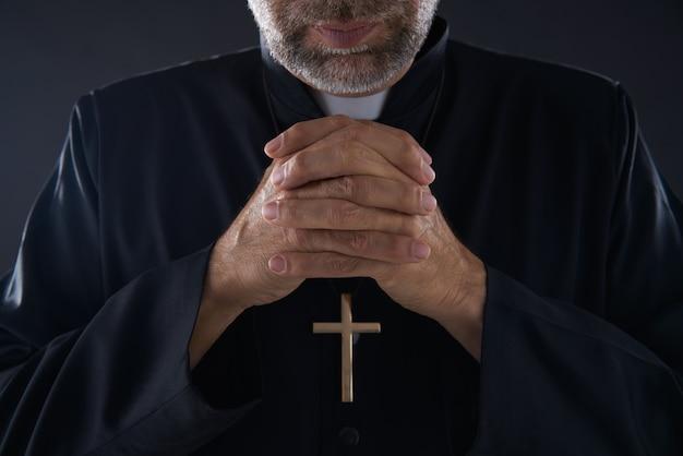 Betendes handpriesterporträt des männlichen pastors