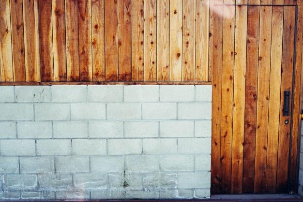 Betonblock und holz garagentor