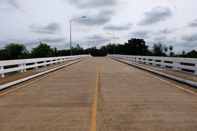 Betonbrücke und blauer himmel