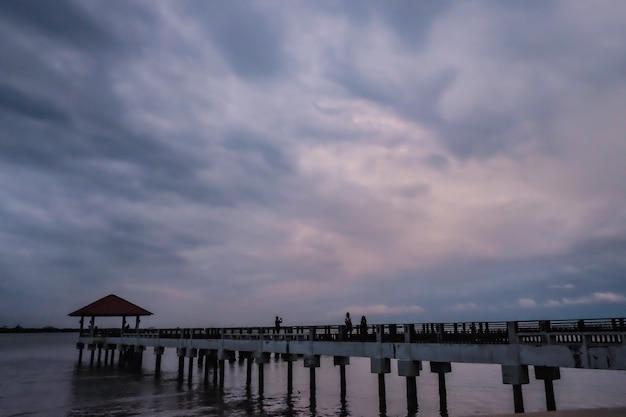 Betonbrücke und pavillon über dem ozean