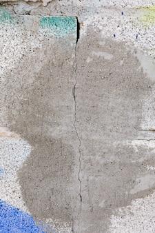 Betonmauer mit farbe und sprung