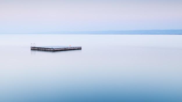 Betonplatz mitten im meer