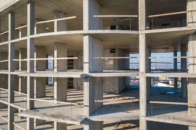 Betonrahmen des im bau befindlichen hohen wohnhauses