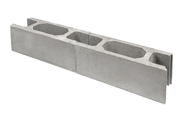 Betonschalung für den bau des fundaments. architektonische verbindungselemente, die zementzaun verstärken, lokalisiert auf weißem hintergrund