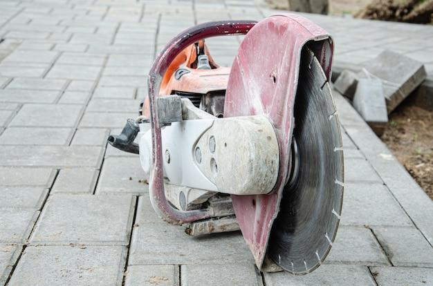 Betonschneidemaschinen und schneidmesser auf einer einfahrt
