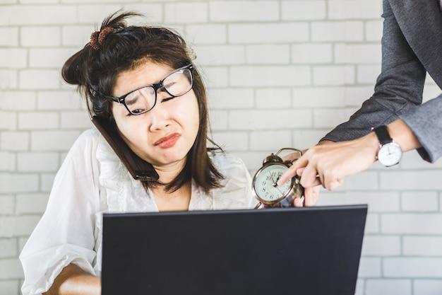 Betonte weibliche asiatische arbeiterin mit ärgerlichem chef