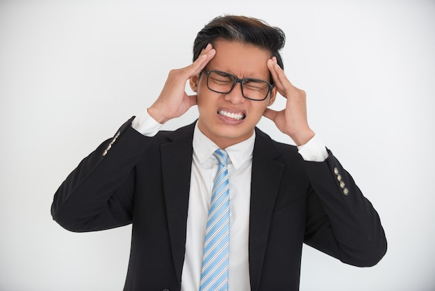 Betonter geschäftsmann oder schüler mit kopfschmerzen