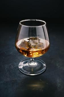 Betontisch, eiskalt, eiswürfel, bourbon whisky, whisky scotch, schnapsglas