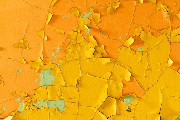 Betonwand mit gelber farbe in rissen im hintergrund für design-grunge-textur
