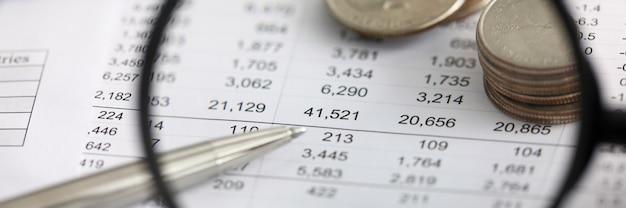 Betrachten sie die finanziellen details in der tabelle durch die lupe
