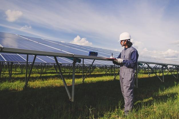 Betrieb und wartung im solarkraftwerk; engineering-team arbeitet an der überprüfung und wartung in solarkraftwerk, solarkraftwerk zur innovation von grüner energie für das leben