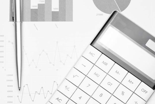 Betriebswirtschaftlicher hintergrund mit diagrammen, stift und taschenrechner