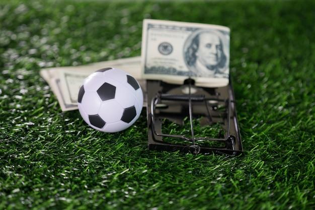 Betrug mit fußball- oder fußballspielkorruption wie ein ball mit mausefalle