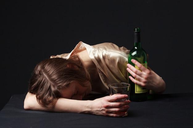 Betrunkene frau schläft auf dem tisch