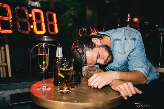 Betrunkene leute auf einer party