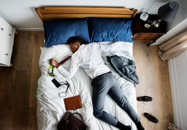 Betrunkener afroamerikanischer geschäftsmann, der einschlief, sobald er nach hause kam
