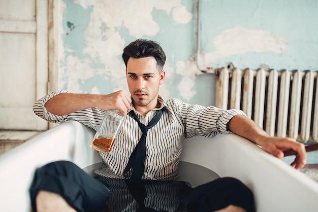 Betrunkener geschäftsmann in der badewanne, selbstmordmannkonzept. problem im geschäft, stress