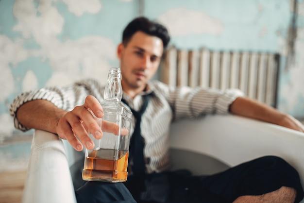 Betrunkener geschäftsmann in der badewanne, selbstmordmannkonzept