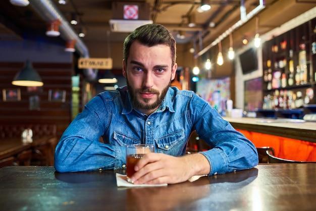 Betrunkener junger mann im pub