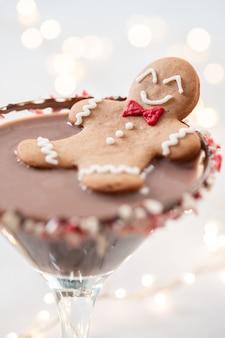 Betrunkener lebkuchenplätzchenmann in einem weihnachtscocktail