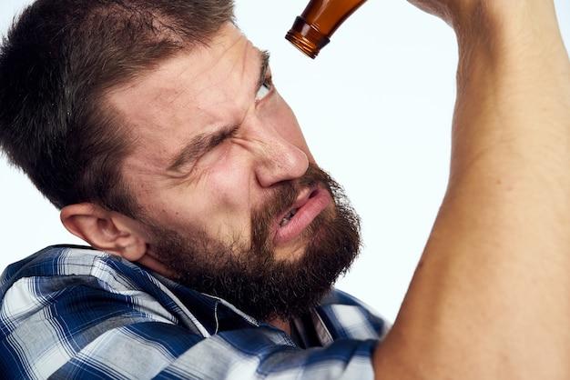 Betrunkener mann trinkt bier alkohol emotion heller hintergrund