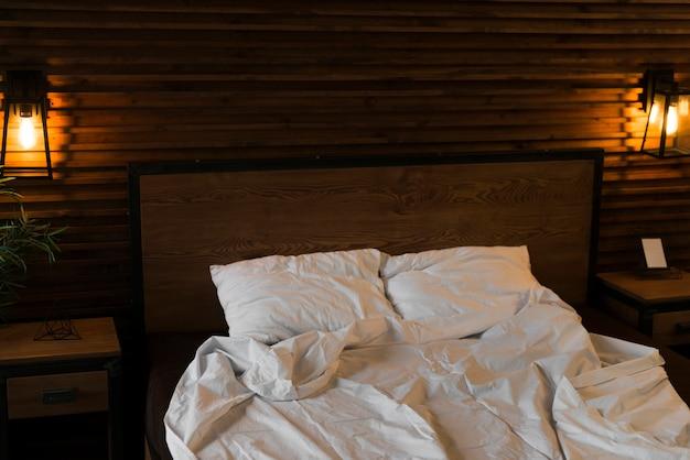 Bett für valentinstag eingerichtet