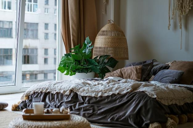 Bett im schlafzimmer in der nähe des fensters im orientalischen stil