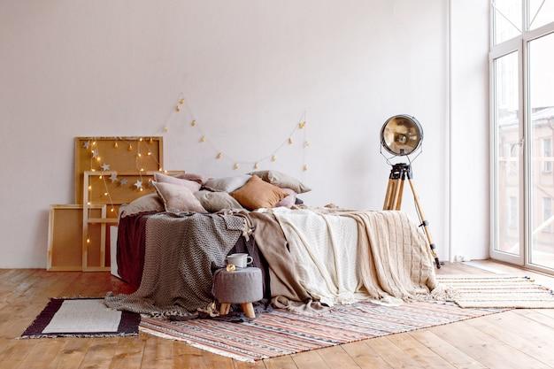 Bett in stilvollem zimmer