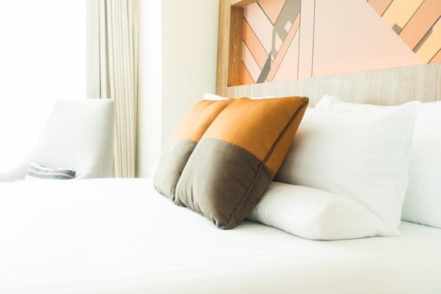 Bett mit grau und orange kissen