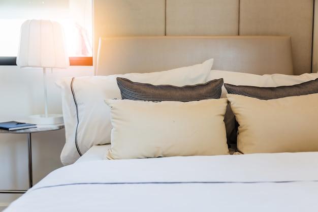 Bett mit sauberen weißen kissen