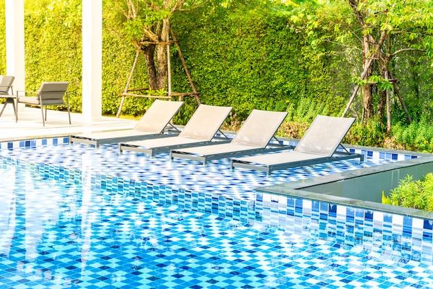 Bett pool mit außenpool im hotel und resort