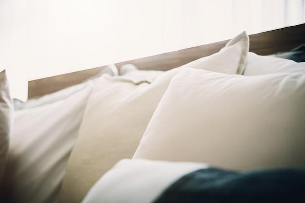 Bettmädchen mit sauberen weißen kissen und bettwäsche im beautycenter.