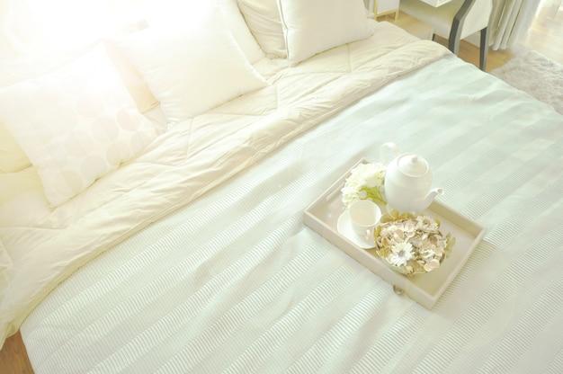 Bettmädchen mit sauberen weißen kissen und bettwäsche in einem luxuszimmer.