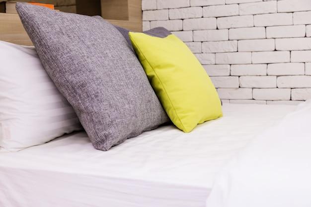 Bettmädchen-saubere weiße kissen und bettlaken im schönheitsraum.