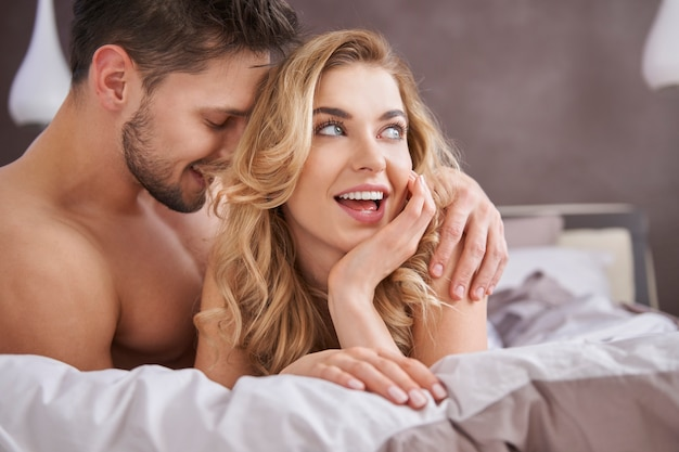 Bettszene eines heterosexuellen paares