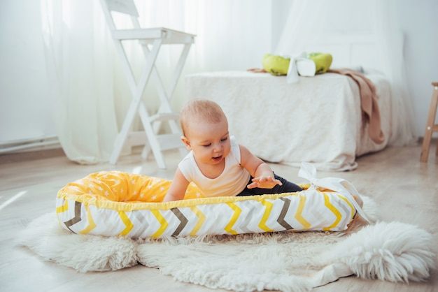 Bettwäsche für kinder. das baby schläft im bett. ein gesundes kleines baby