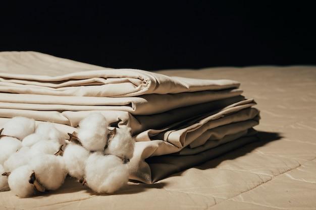 Bettwäsche und baumwolle das konzept eines gemütlichen zuhauses