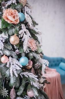 Beuatiful-weihnachtsbaum reich verziert mit spielwaren