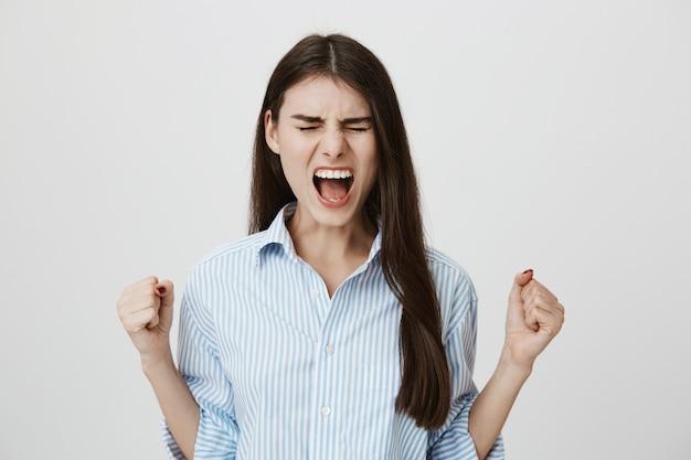 Beunruhigte frau, die wütend schreit