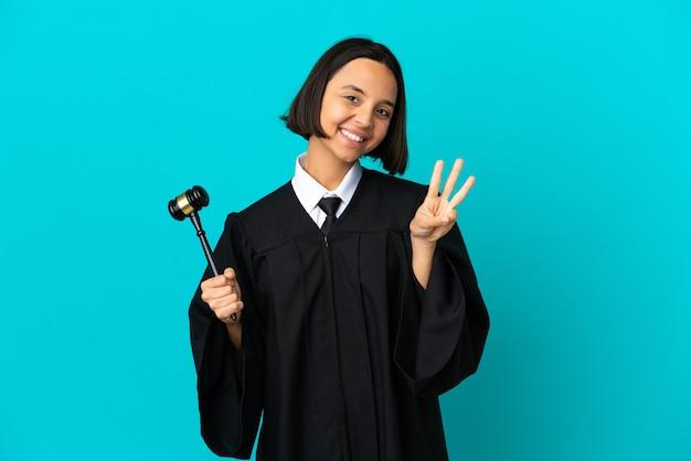 Beurteile über isolierten blauen hintergrund glücklich und zähle drei mit den fingern
